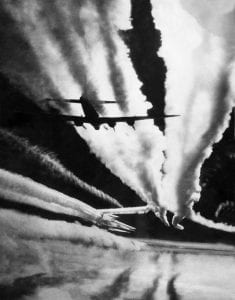 B-17G-Flying-Fortress-bomber-contrails