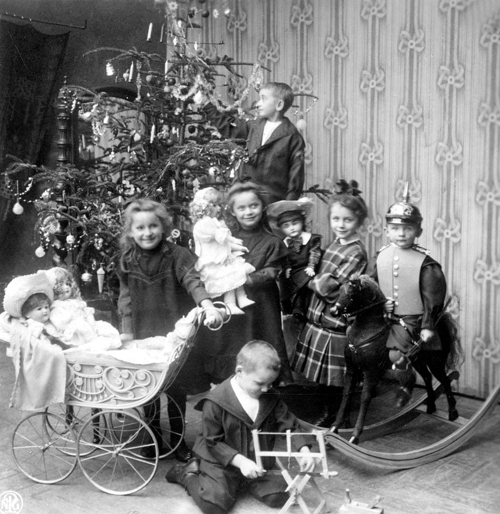 Historical photo: children with presents in front of the christmas tree
