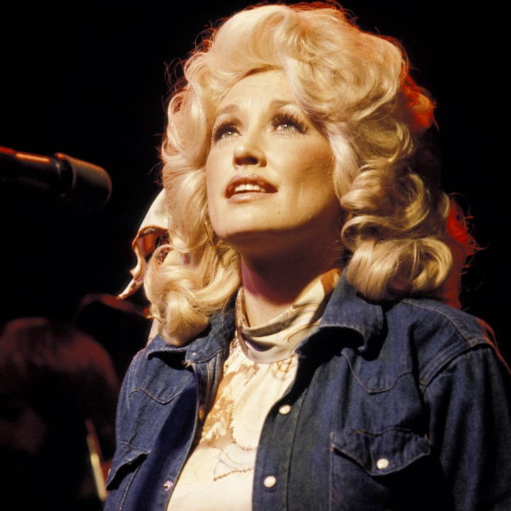 dolly-parton-on-stage-performing